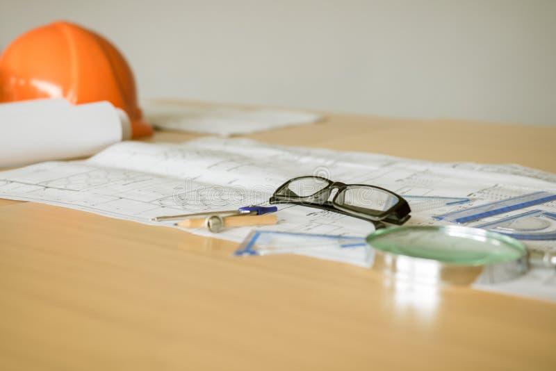Ci?rrese para arriba de los vidrios del ojo en modelo en el cuarto de la oficina imágenes de archivo libres de regalías