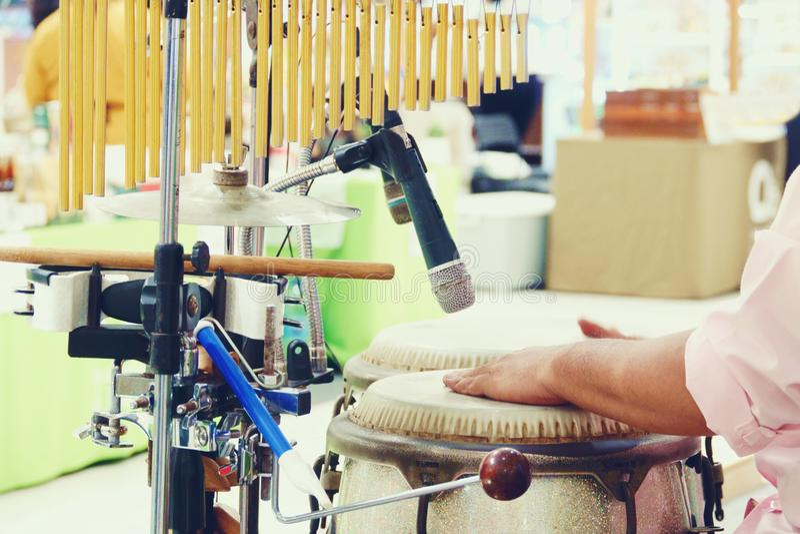Ci?rrese para arriba de manos de un hombre que juega una percusi?n del tambor fotos de archivo