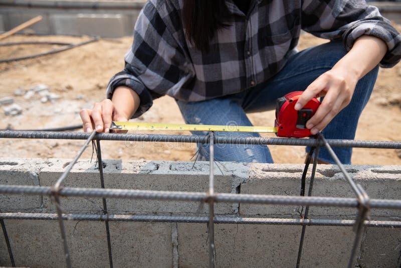 Ci?rrese para arriba de trabajador de construcci?n en emplazamiento de la obra fotografía de archivo libre de regalías