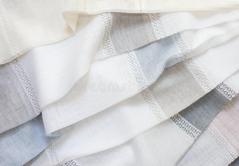 Ci?rrese para arriba de Tulle hermosa Muestra escarpada de la tela de las cortinas Textura, fondo, modelo Dise?o interior Cord?n  foto de archivo
