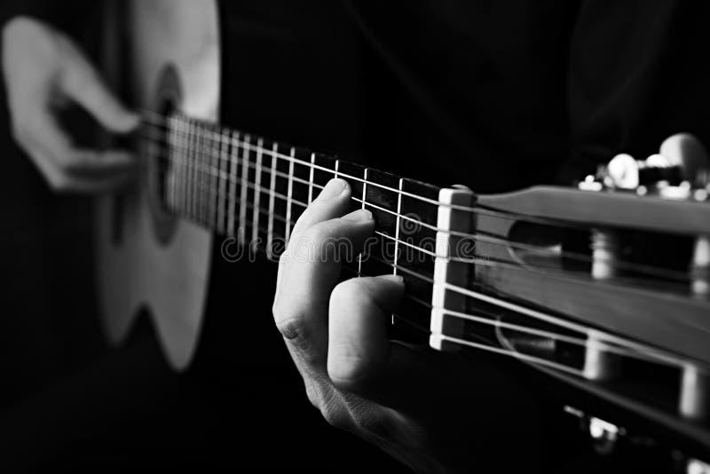 Ci?rrese para arriba de una guitarra que es jugada Foto blanco y negro de Pek?n, China foto de archivo