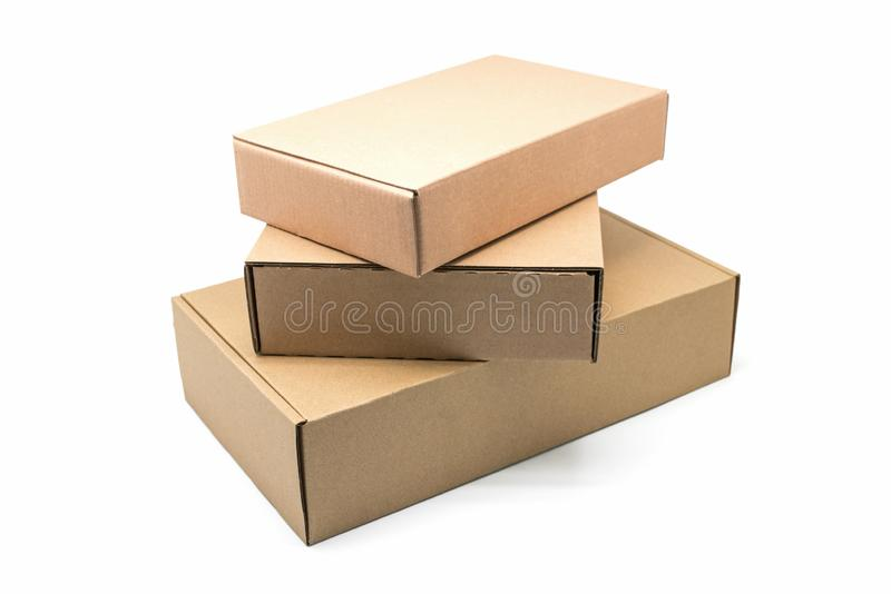 Ci?rrese para arriba de una pila de cajas de cart?n en el fondo blanco imagen de archivo