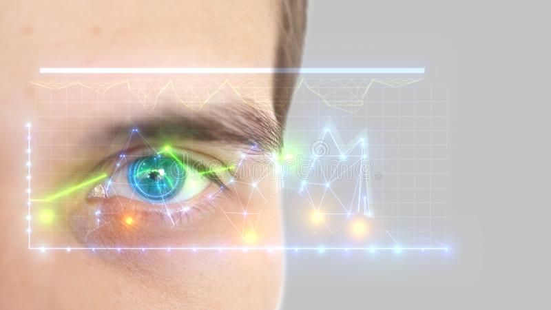 Ci?rrese para arriba del ojo masculino con la exploraci?n del iris en un fondo gris Tecnolog?a, reconocimiento de la identidad y  fotos de archivo libres de regalías