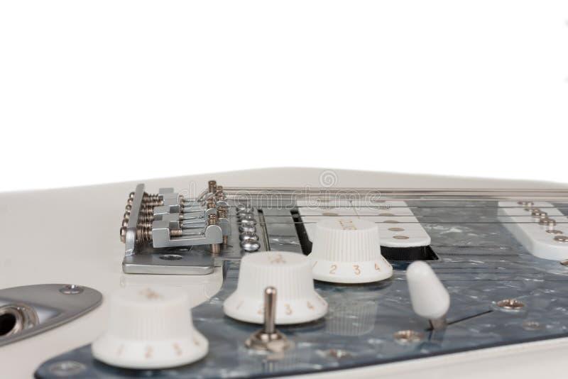 Ci?rrese para arriba del puente de la guitarra el?ctrica blanca, lanzamiento del estudio fotos de archivo