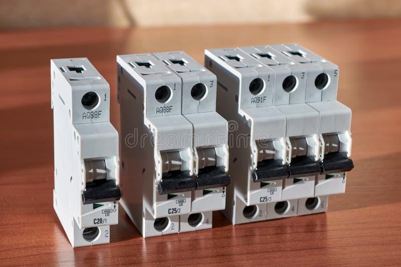 Ci sono tre commutatori modulari automatici elettrici sopra la tavola immagine stock libera da diritti