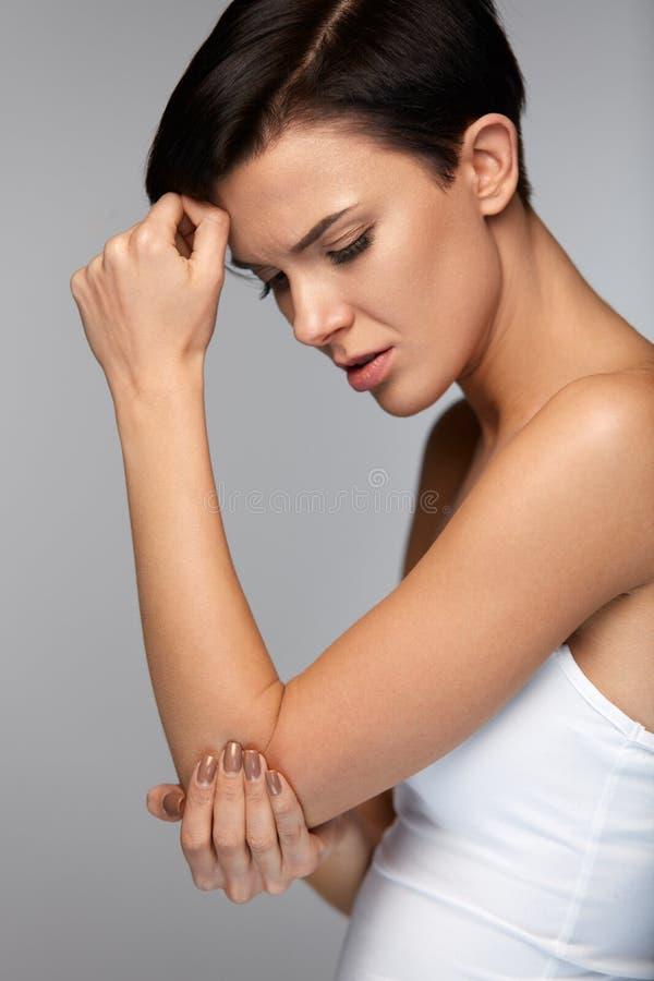 Ciało ból Piękny kobiety uczucia ból W łokciach, Bolesna ręka zdjęcia royalty free