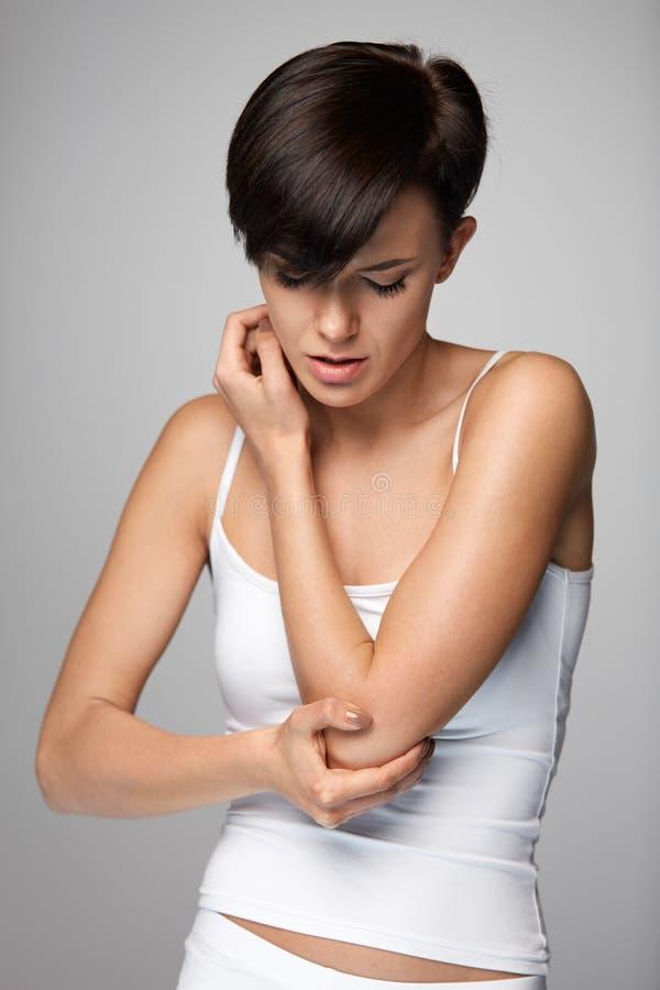 Ciało ból Piękny kobiety uczucia ból W łokciach, Bolesna ręka obrazy stock