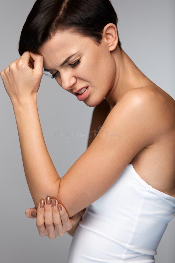 Ciało ból Piękny kobiety uczucia ból W łokciach, Bolesna ręka fotografia stock