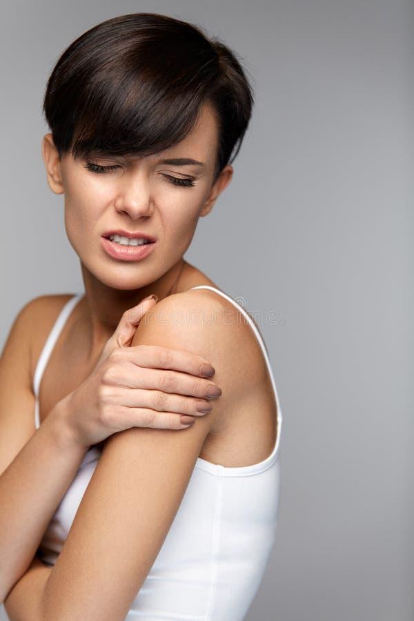 Ciało ból Piękny kobiety uczucia ból W ramionach I rękach obraz stock