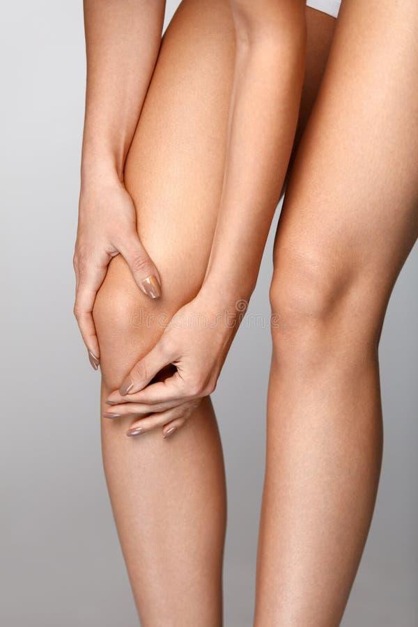 Ciało ból Zakończenie Piękny Żeński ciało Z bólem W kolanach obraz stock