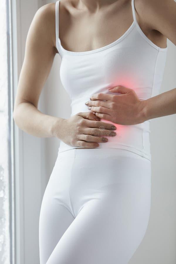 Ciało ból Zamyka Up Piękny kobiety ciało Ma żołądek obolałość zdjęcia stock