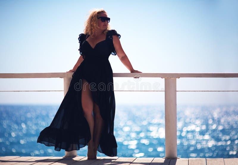 Ciało pozytyw plus wielkościowa kobieta, cieszy się letniego dzień obrazy royalty free