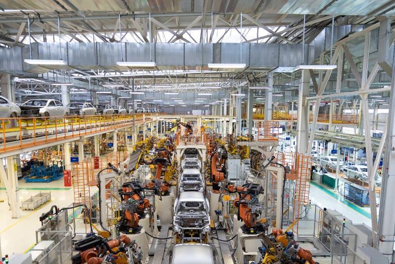Ciało samochód na konwejeru Nowożytnym zgromadzenie samochody przy rośliną automatyzujący budowa proces samochodowy ciało obrazy stock