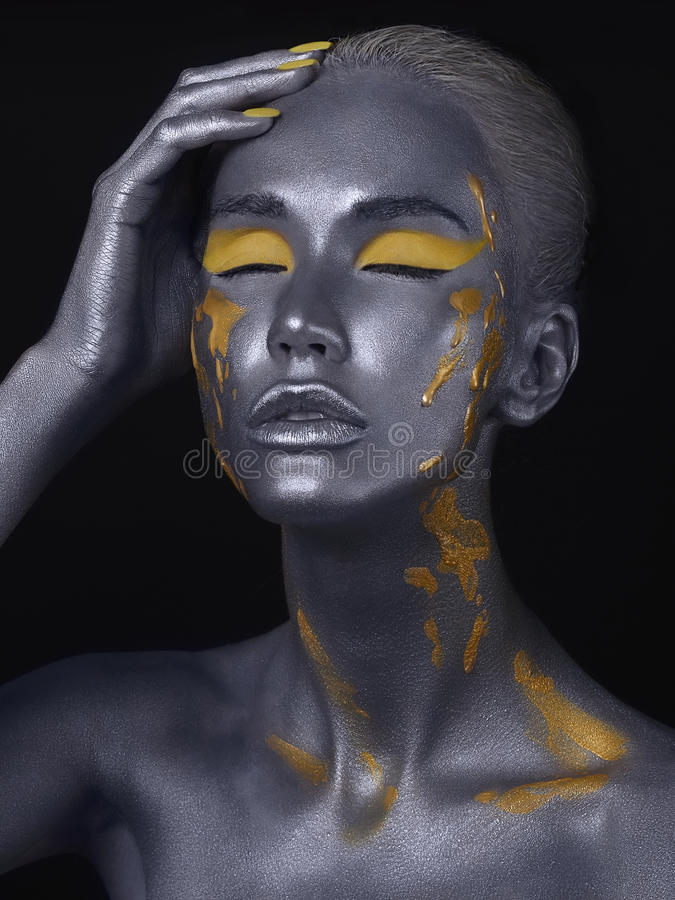 Ciało sztuka srebna skóry piękna dziewczyna zdjęcie stock