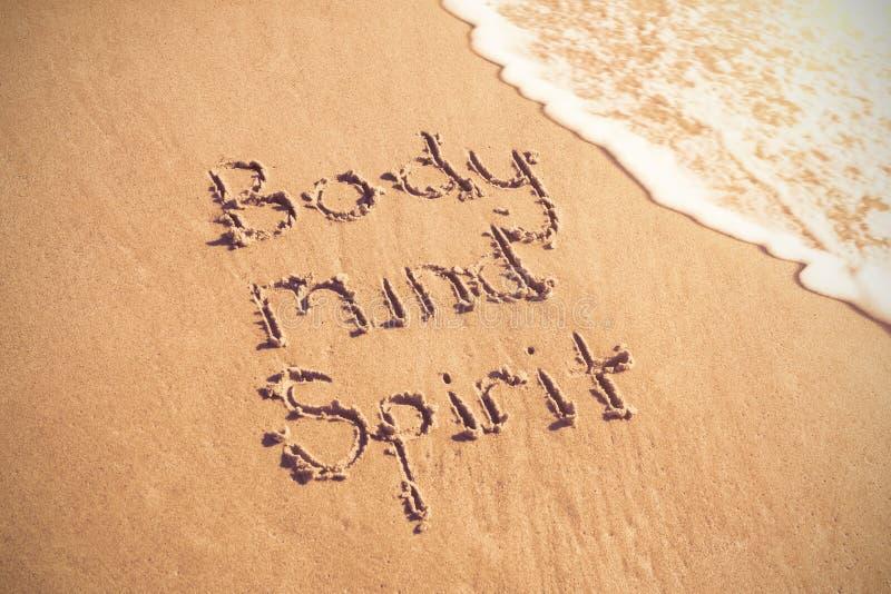 Ciało umysłu spirytusowy tekst pisać na piasku z kipielą fotografia stock
