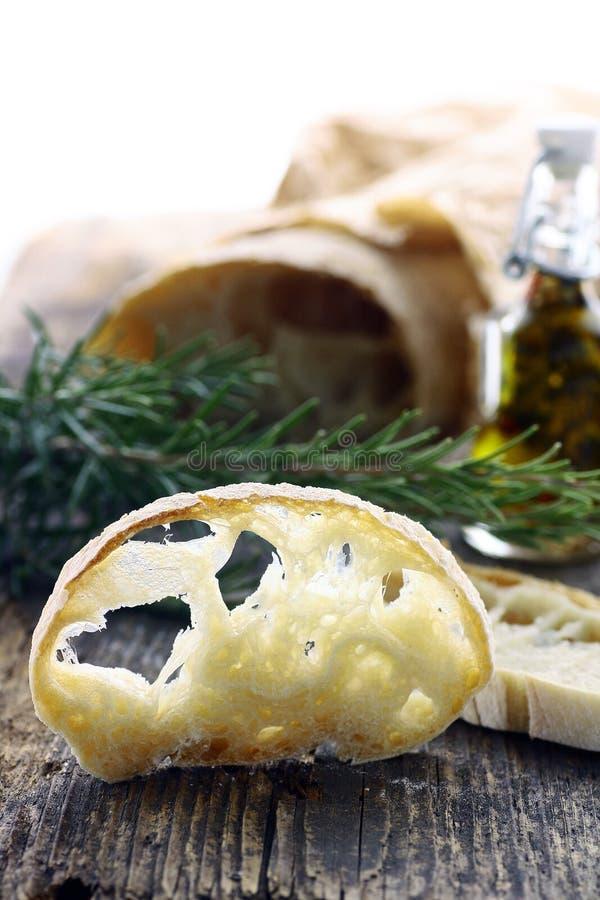 Ciabatta面包新鲜的大面包,切在一个木板 免版税库存图片