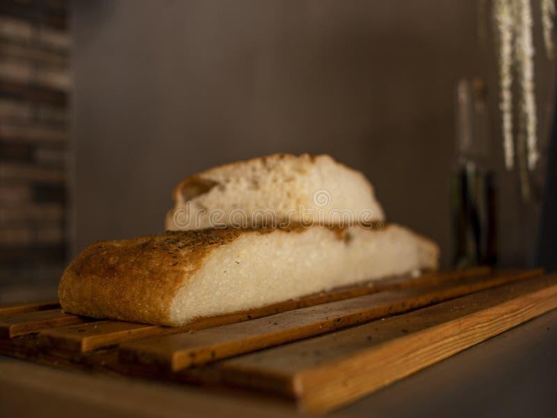 Ciabatta в отрезанной форме на деревянной поверхности итальянский хлеб stirato Focaccia стоковые фото
