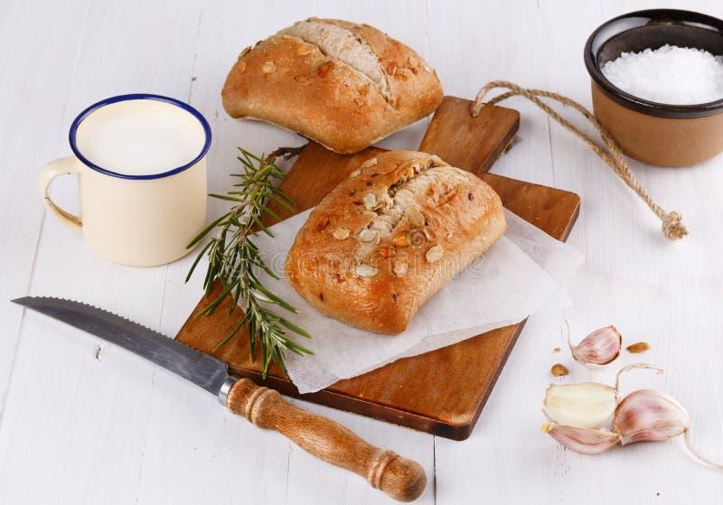Ciabatta chleb na nieociosanym drewnianym tle obraz stock