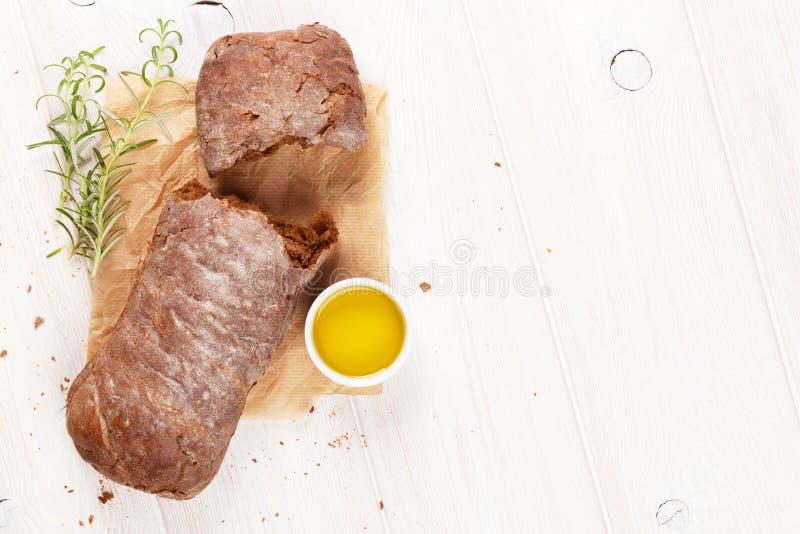 Ciabatta de Brown avec l'huile et le romarin d'olive photos stock