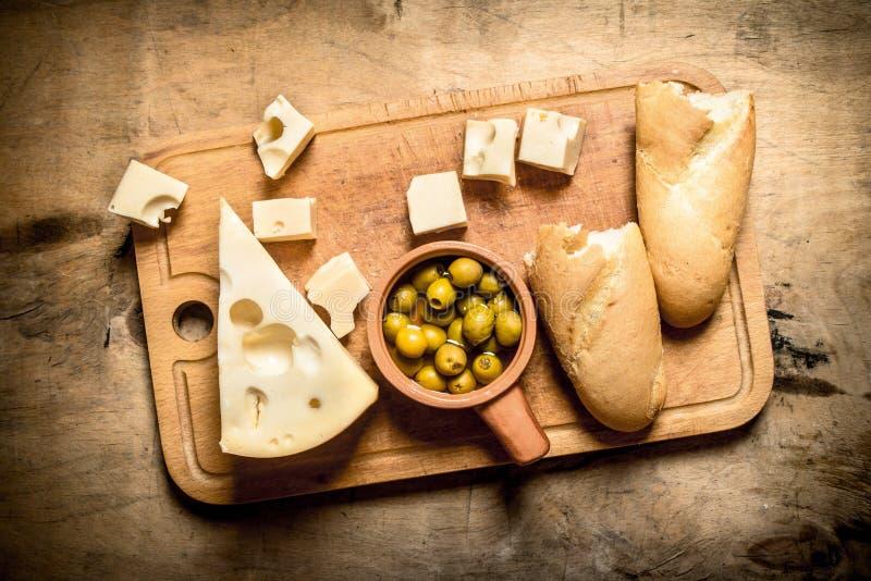 Ciabatta med ost och doftande oliv ombord arkivfoton