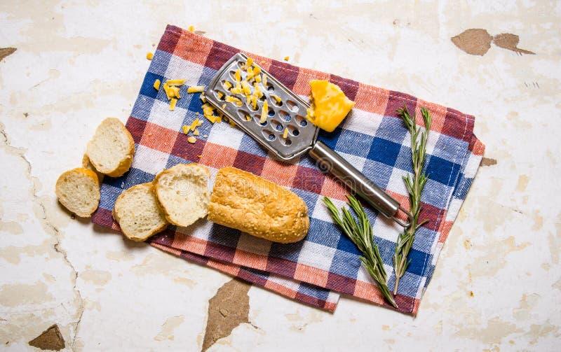 Ciabatta med ost och rosmarin på tyget fotografering för bildbyråer