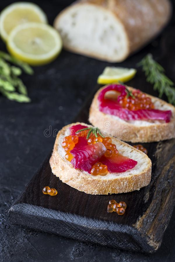 Ciabatta met de zalm van bietengravlax met kaviaar royalty-vrije stock afbeelding