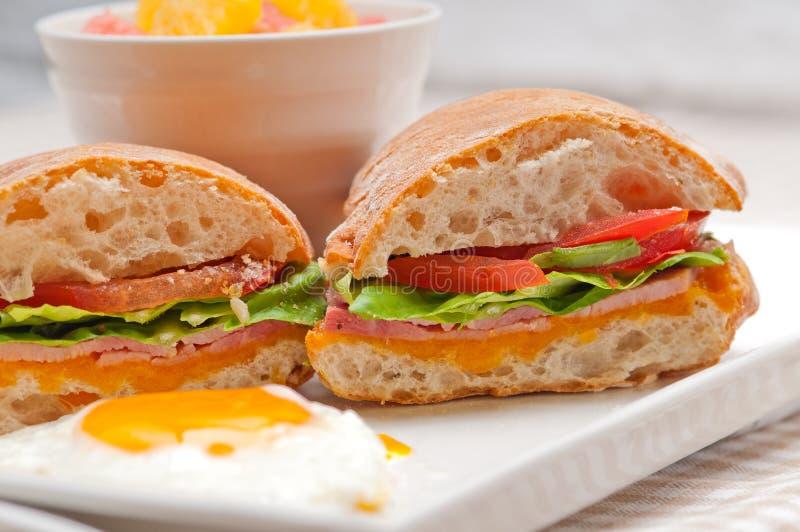 Ciabatta-panini Sandwich ärgert Tomatenkopfsalat stockfotografie