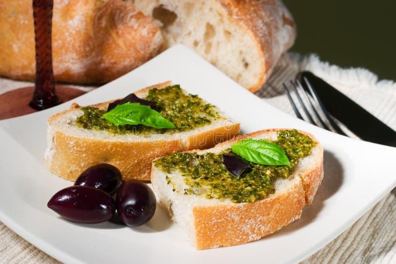 Ciabatta, pesto en olijven stock afbeeldingen