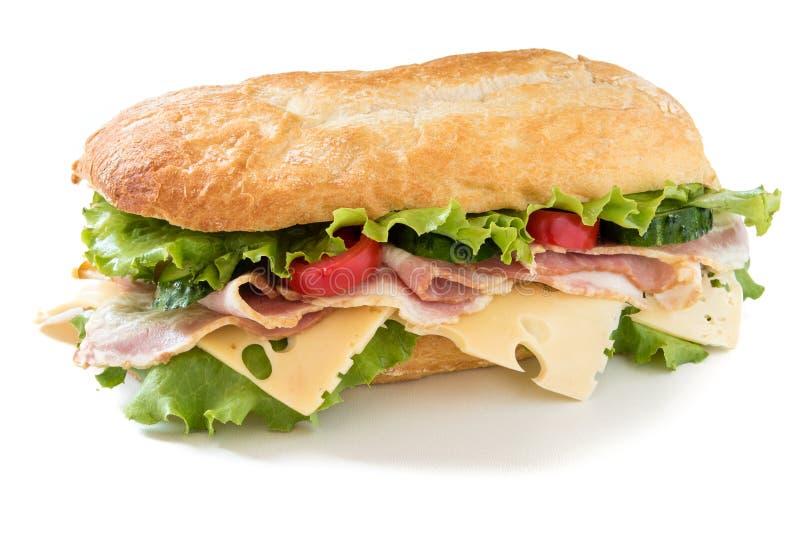 Ciabatta-Sandwich mit Salat, Tomate, Gurke, Käse und Speck stockfotos