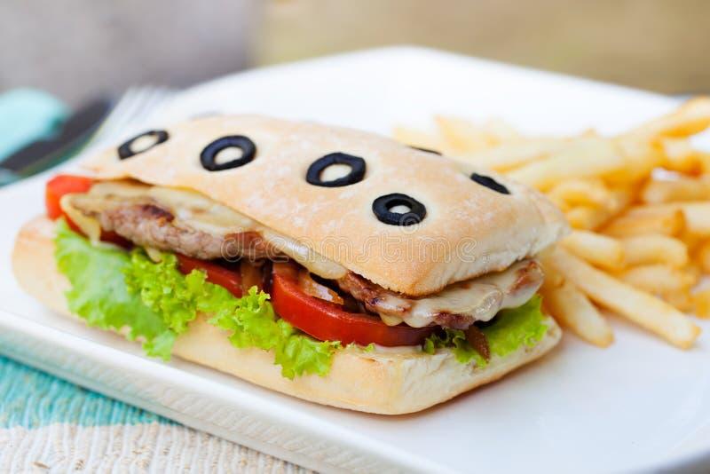 Ciabatta smörgås med grillat nötkött royaltyfria bilder