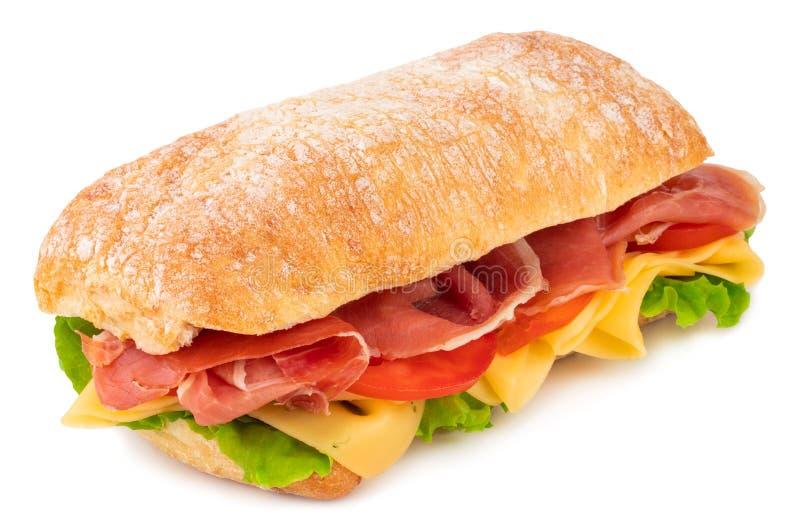 Ciabatta sm?rg?s med gr?nsallat, tomater prosciutto och ost som isoleras p? vit bakgrund royaltyfri foto