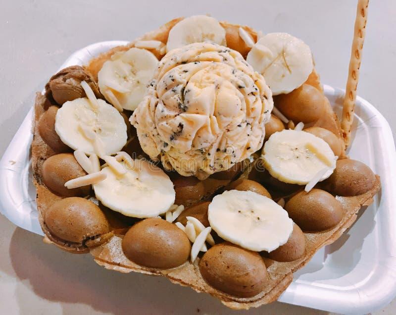 Cialda dell'uovo servita con il gelato fotografia stock