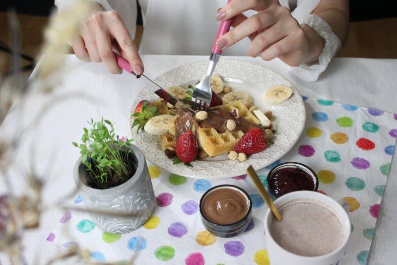 Cialde, banane, fragole, pianta, tovagliolo, piatto, casalingo, cucina, latte immagine stock libera da diritti