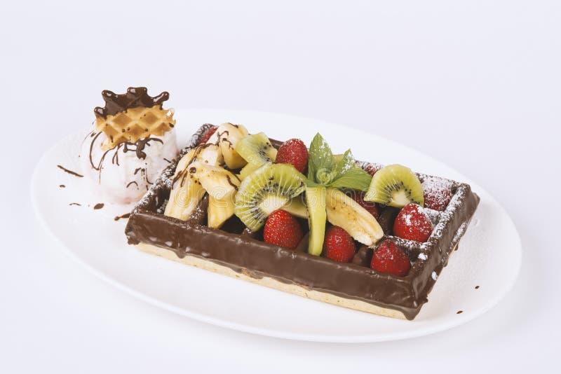 Cialde belghe del cioccolato con le fragole, il kiwi, la banana ed il ghiaccio immagini stock libere da diritti