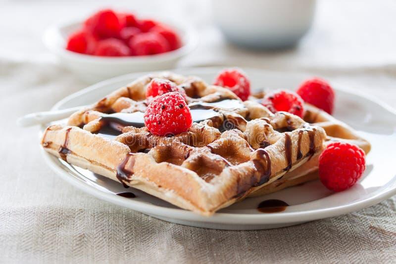Cialde casalinghe saporite con i lamponi e la salsa di cioccolato pronti per la prima colazione immagine stock