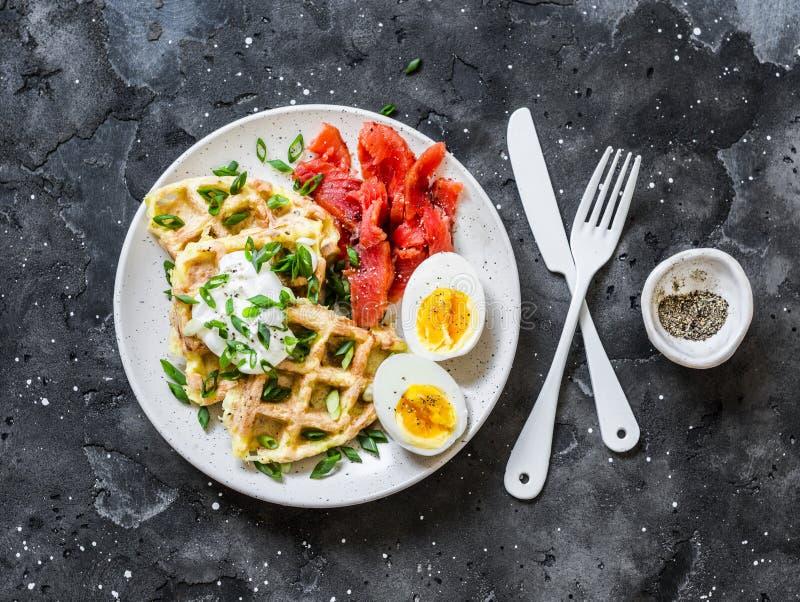 Cialde croccanti della patata con panna acida e le cipolle verdi, trota affumicata, uovo sodo - prima colazione deliziosa, spunti fotografie stock