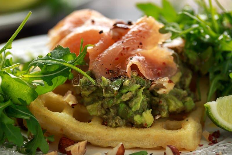 Cialde della patata con il guacamole ed il salmone affumicato dell'avocado per la prima colazione fotografie stock