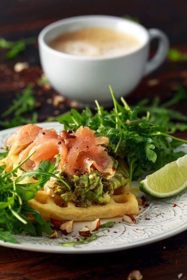 Cialde della patata con il guacamole ed il salmone affumicato dell'avocado per la prima colazione immagini stock