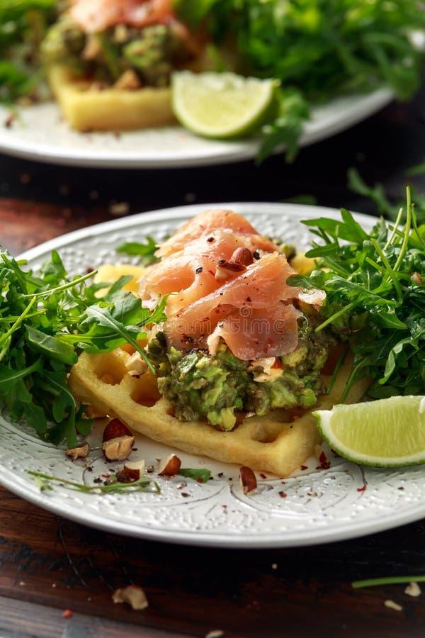 Cialde della patata con il guacamole ed il salmone affumicato dell'avocado per la prima colazione fotografia stock libera da diritti