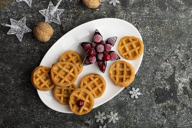 Cialde molli casalinghe per la prima colazione con le bacche congelate dei mirtilli rossi nordici organici su un piatto ceramico  fotografia stock
