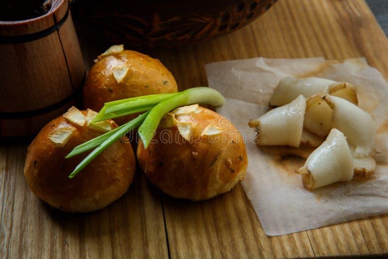 ciambella al forno di macro vista con la guarnizione dell'aglio ed il sego affettato fotografia stock libera da diritti