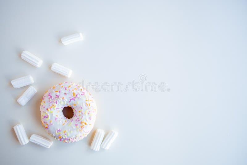 Ciambella bianca con la caramella gommosa e molle fotografia stock