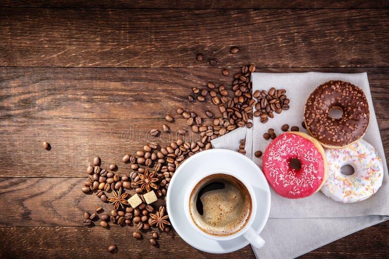 Ciambella dei chicchi di caffè fotografie stock