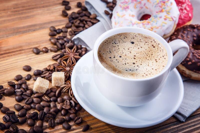 Ciambella dei chicchi di caffè immagine stock