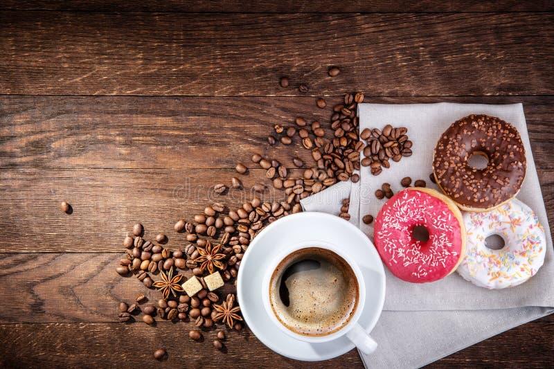 Ciambella dei chicchi di caffè immagini stock