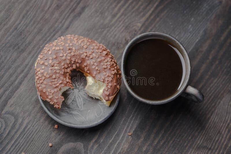 Ciambella del cioccolato, ciambella polacca tradizionale, una ciambella per una vecchia ricetta, ciambella domestica fotografie stock