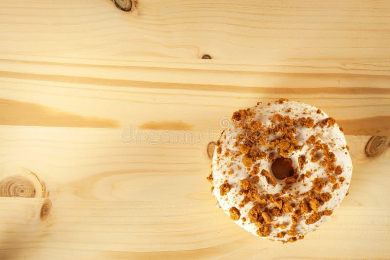 Ciambella su una tavola di legno Alimento non sano I pericoli di obesità immagini stock
