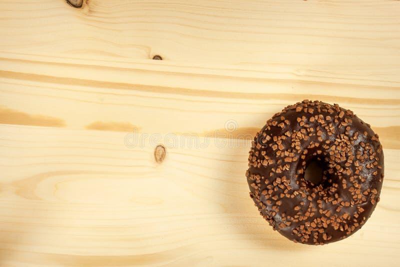 Ciambella su una tavola di legno Alimento non sano I pericoli di obesità fotografia stock