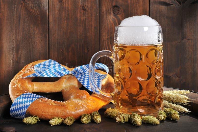 Ciambellina salata molle bavarese di Oktoberfest con birra immagine stock libera da diritti