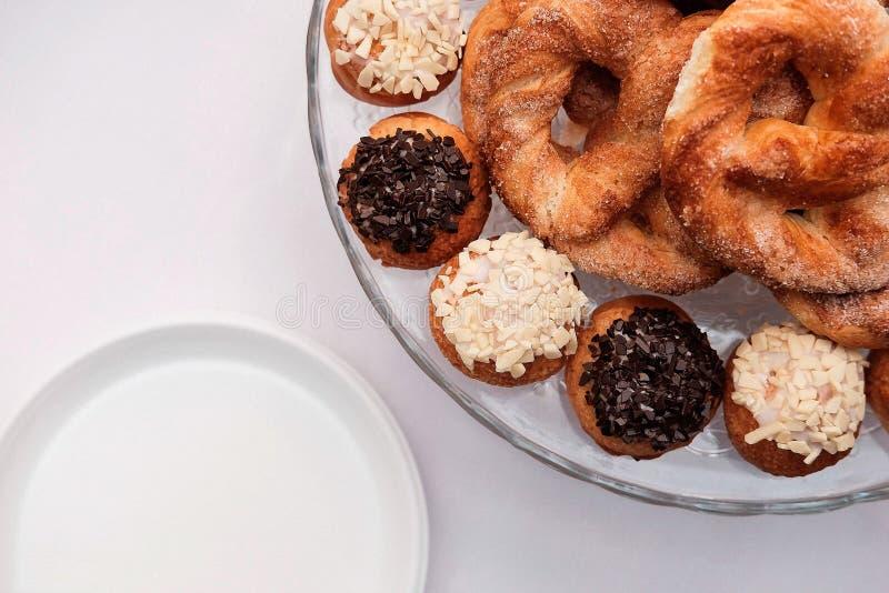 Ciambelline salate e biscotti con glassa fotografia stock libera da diritti